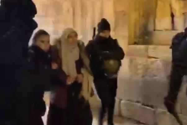 الاحتلال ينفذ حملة اعتقالات واسعة في محيط المسجد الاقصى (فيديو)